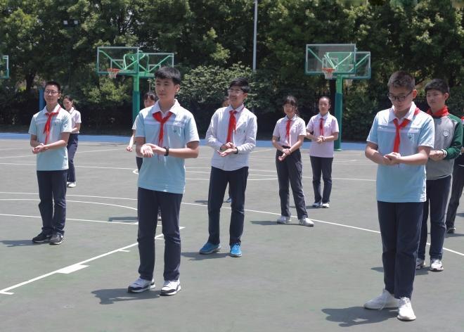 学生体育课测量心率。