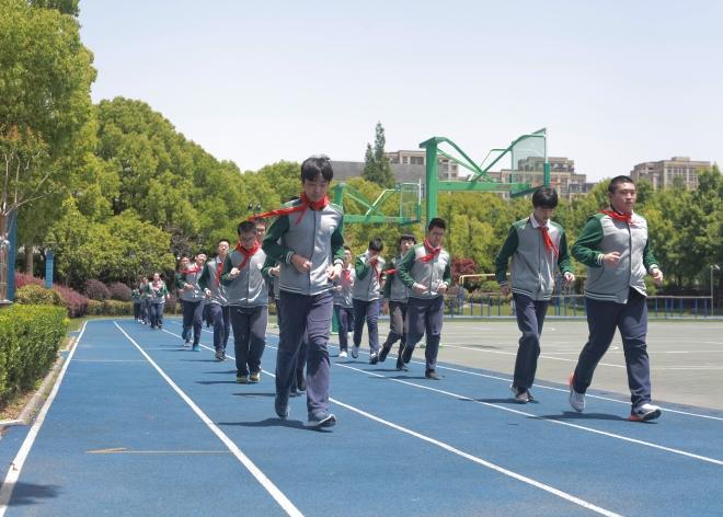 风华初级中学的孩子在上体育课。